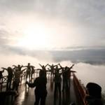 「雲海ヨガ」を行っている風景。呼吸で森と一体化してみては?