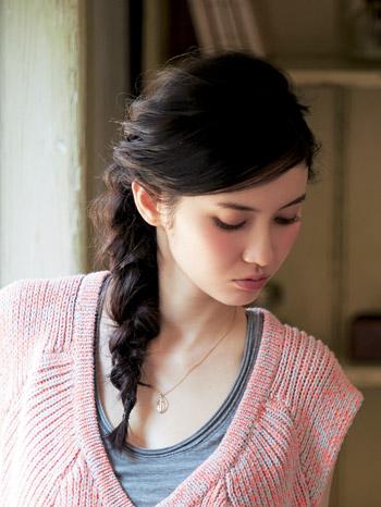 黒髪ならゆる編みがアンニュイな雰囲気に