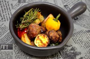 ラムボールと野菜のハーブ焼き