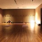 間接照明が映える雰囲気抜群のヨガスタジオ。体験した朝ヨガは、呼吸に合わせて身体をゆっくり動かし、体内のエネルギーを循環させていくプログラム。