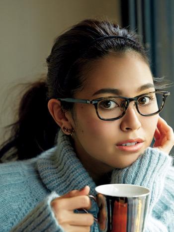 顔周りすっきりなざっくりポニーでメガネも映える