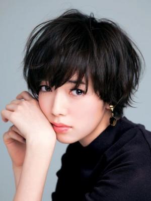 黒髪×ベリーショートは緩く巻いた柔らかな質感で女っぽく