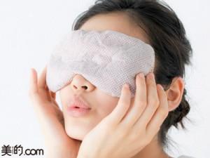 温める前に保湿して疲れた目元を集中ケア