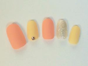 黄×オレンジのマットネイルで女性らしい指先に