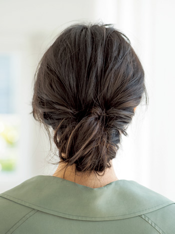 黒髪ストレートロングのルーズなまとめ髪