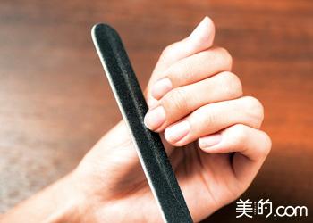 爪の整え方とベースコートの塗り方