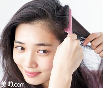 ぺしゃんこになった髪をふんわりボリュームアップさせる簡単テク