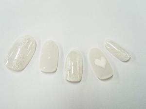 透明感溢れるホワイト一色ネイル