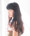 厚めの前髪をはねさせるミステリアスなスタイル