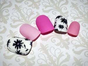 白黒フラワー×ピンクのマットネイルでおしゃれを格上げ
