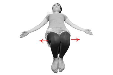 ①腰骨を軽く揺らして、骨盤周りをほぐそう!