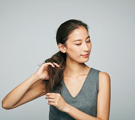 結んだ毛束に指を挿し込み、3~4か所逆毛を立ててラフさを出す。