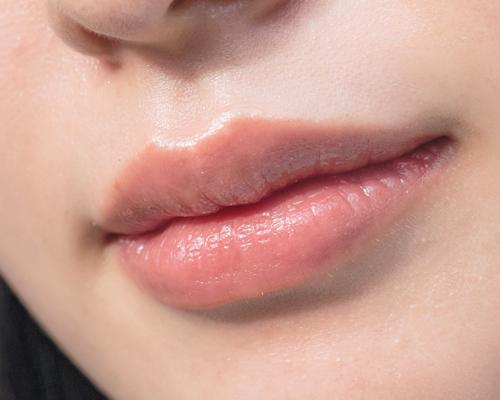 キラキラな目元とぷるんとした唇でバランスを