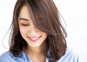 【ミディアム】頰でふわっと揺れる大人な前髪