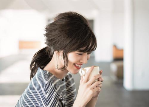 女性らしくきちんと感もあるバレッタヘアでコーヒーブレイク