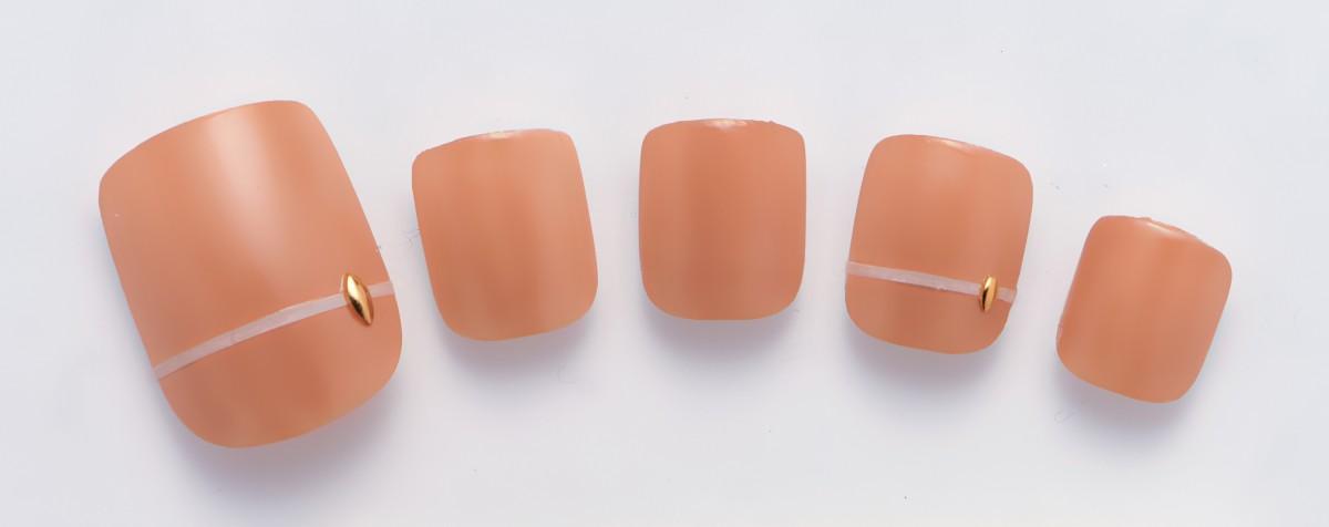 使う色は一色、シンプルデザインの大人ネイル