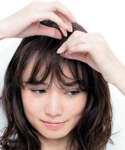 太めのマジックカーラーで前髪を作る小顔ヘア
