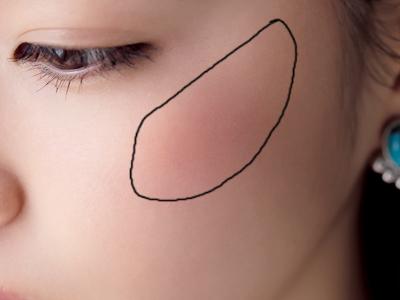 カシスチークの高めシャープ塗りで肌のくすみを消す