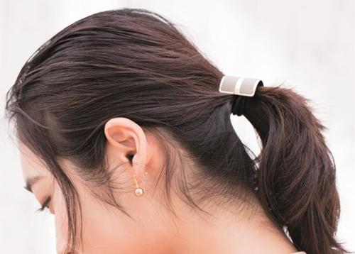 シンプルで簡単なひとつ結びは後れ毛がポイント