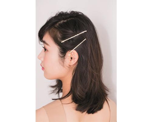 ミディアムヘアで作るアシンメトリーなサイドアップ