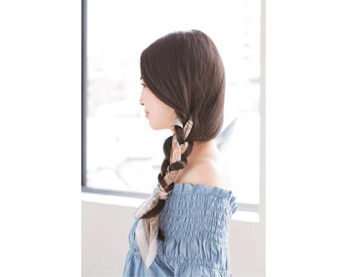 いつもの3つ編みにスカーフを合わせて簡単におしゃれ度アップ