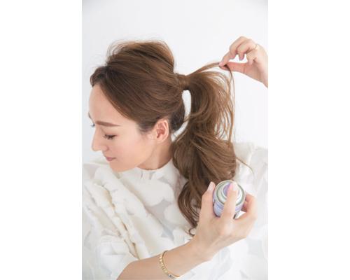 【ひとつ結び×ヘアスプレー】人気インスタグラマーのこなれヘアテクニック