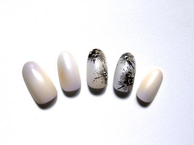 大人黒×さわやかホワイト系のアーティスティックなネイルデザイン