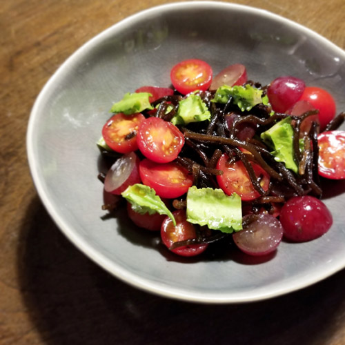 ひじきサラダを赤い果実で鮮やかに