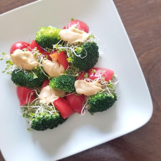 Wブロッコリーと赤パプリカのサラダ オイマヨソース添え