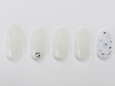 クリスタルが輝く白のワンカラーネイル