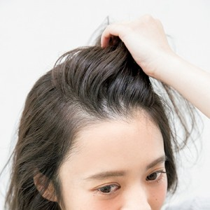 風でなびかせたような立体的な前髪のつくり方