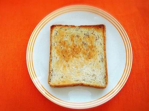 鉄分を含む全粒粉パンのアボガドトースト
