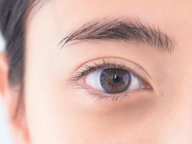 濃くて厚い眉毛はワントーンアップですっきり