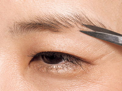 目元印象も変わるボサ眉のお手入れ方法