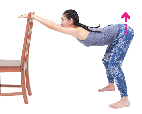 立ったまま椅子を使ってできる背中ストレッチ