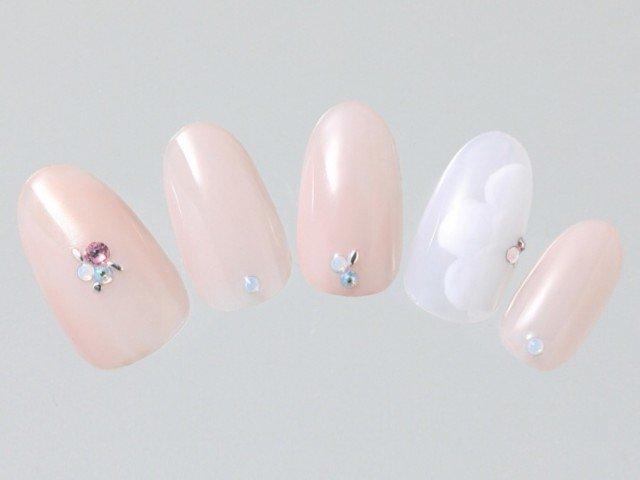 デートに使いたい!大人かわいいホワイト花柄×ピンクネイル