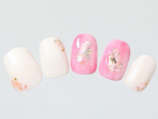 ホワイトに桜カラーが映える春ネイル