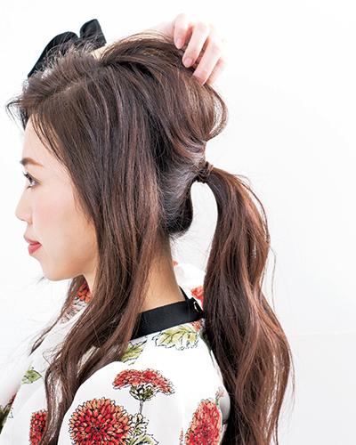 (2)両サイドの髪を残し、残りの髪をひとつ結びに。結ぶ高さは耳くらいが好バランス。後頭部の髪を引き出しふんわりと立体的なフォルムに調整。