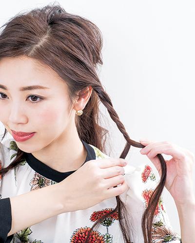 (3)両サイドに残した髪をロープ編みに。髪をふた束に分け、左右交互にねじるように編んでいくだけなので、3つ編みよりも簡単!毛先はゴムで留める。