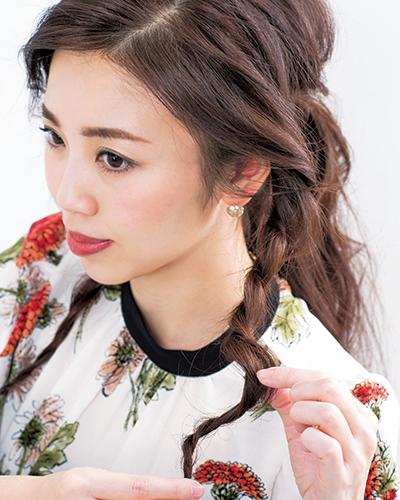 (4)(3)で作ったロープ編みの毛束は所々毛を引き出してほぐし、ラフなニュアンスに。