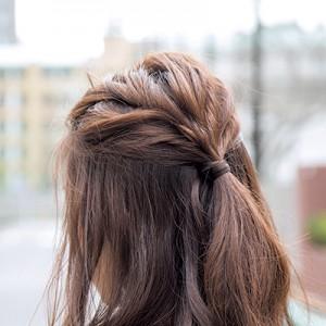 メリハリアップ!ねじりハーフアップで髪に立体感を
