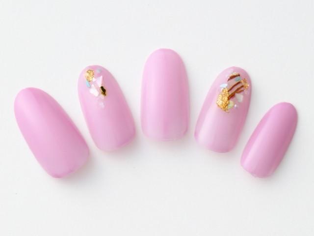 手肌がきれいに見えるピンクパープルネイル