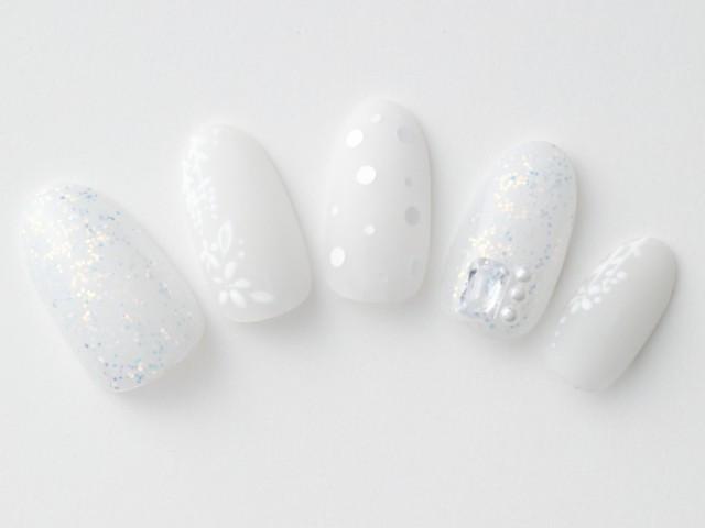 ラメ×マット×パール…異なるニュアンスのホワイトで存在感のあるホワイトネイルに
