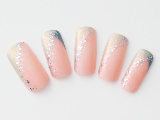 W斜めフレンチに色っぽいカラーときらめきを与えるとピンクネイル