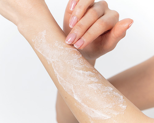 スクラブ+ボディ用美白美容液でメラニンの生成を抑えて明るい肌に