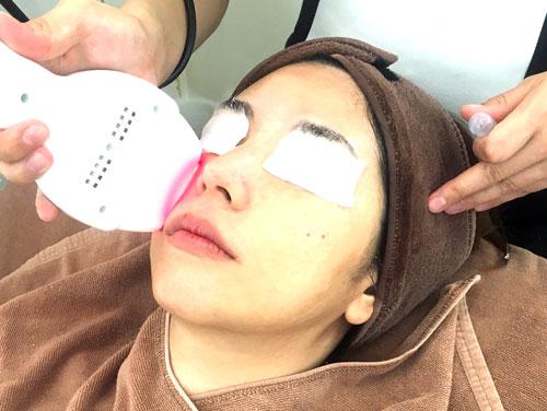 ハリ感を高める、肌を沈静化するといった効果のあるLEDライトと同時に、その日の肌に合わせた美容液を導入。