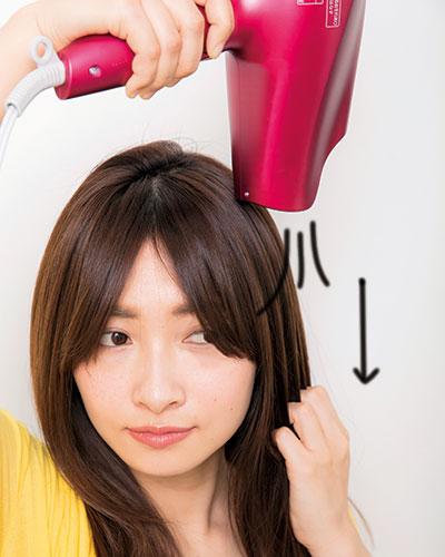 (6)前髪を分け、手グシを通しながら上から風を当てる。指が引っかからなくなったら冷風に切り替え、髪がひんやりすれば終了。最後にブラッシング。