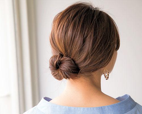 シンプルなドレスを大人に着こなす ねじりシニヨンのヘアアレンジ