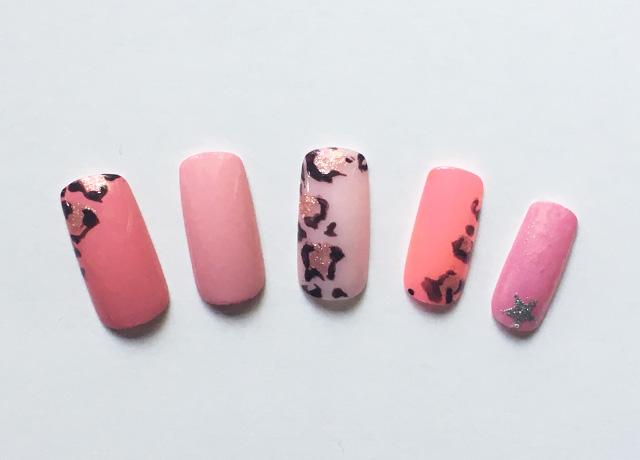 ピンクベースのヒョウ柄ネイルデザイン
