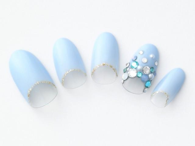 幸せサムシングブルーで涼やかに華やぐ水色フレンチネイル